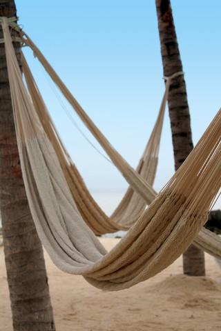 Witte Mexicaanse hangmatten op het strand. Vergelijken.