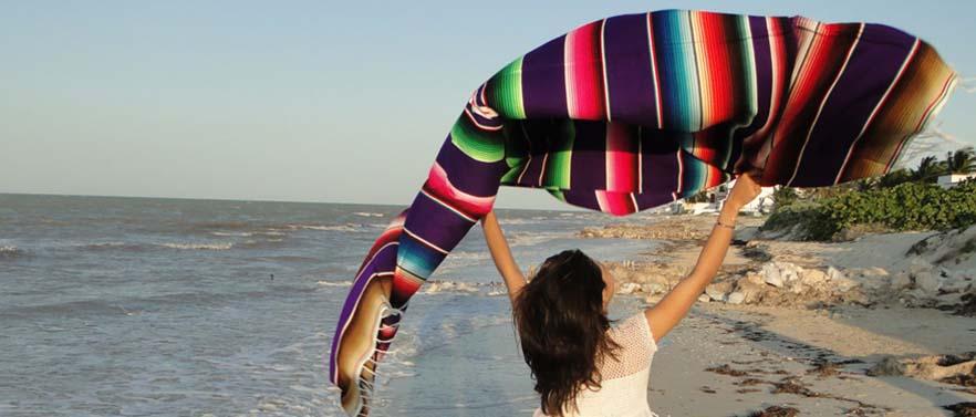 3 - Ampia collezione di coperte messicane. Variopinte e decorate.
