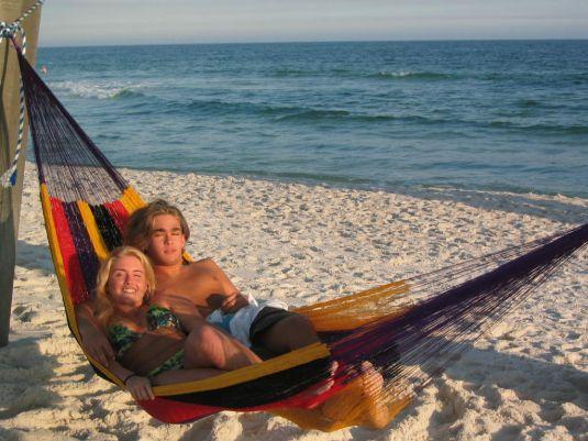 Zwei personen in Mexikanische Netzhängematte. Mexiko. Strand.