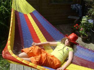 Meisje met de rode hoed in een mexicaanse hangmat
